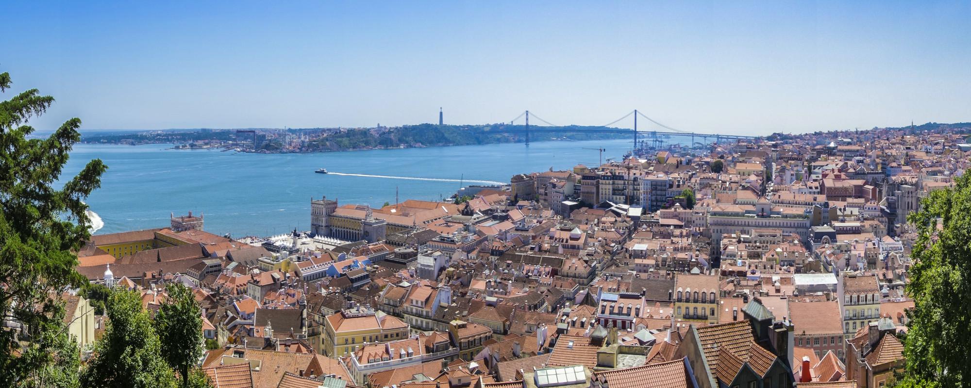 Christus-Statue mit Blick auf Lissabon und Vasco-da-Gama-Brücke